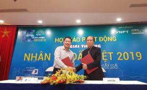 Đại diện 2 đơn vị đồng tổ chức ký kết thỏa thuận tổ chức Giải thưởng Nhân tài Đất Việt 2019